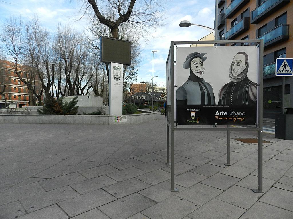 Exposición Arte Urbano en Torrijos, cubo en el parque con ilustración del Quijote y Cervantes