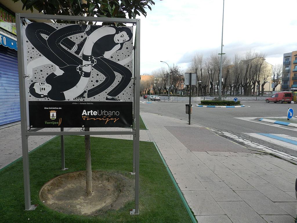 Exposición Arte Urbano en Torrijos, cubo con ilustración YinYan y el parque de fondo