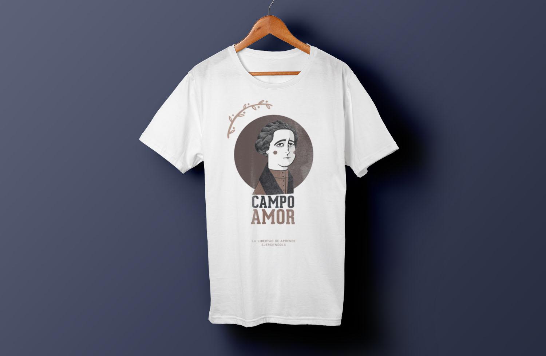 Camiseta con ilustración de Clara Campoamor colgada en una percha y con fondo azul