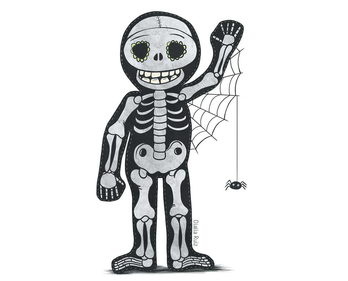 Niño saludando disfrazado de esqueleto y con una araña y una telaraña colgándole del brazo.