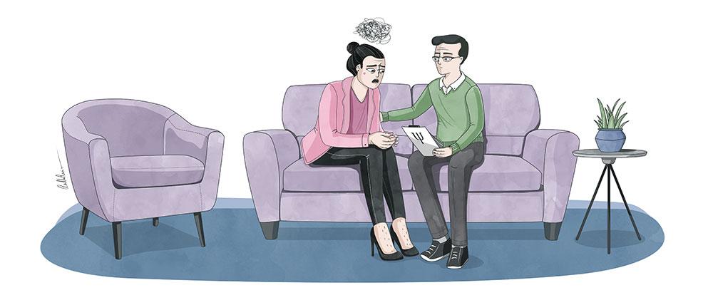 Psicologo atendiendo a mujer trans en el sofa de la consulta